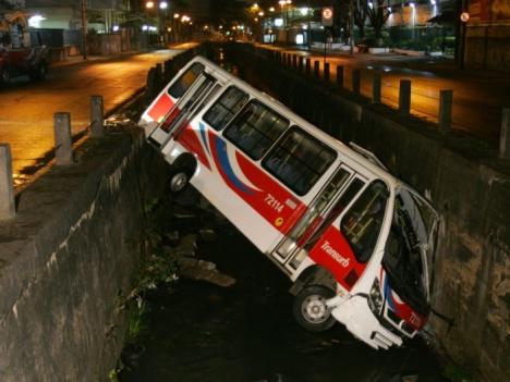 Ônibus da empresa Transurb, da linha Castelo-Paula Matos, caiu em canal do rio Maracanã, na av. Professor Manoel de Abreu, na Vila Isabel, zona norte do Rio.